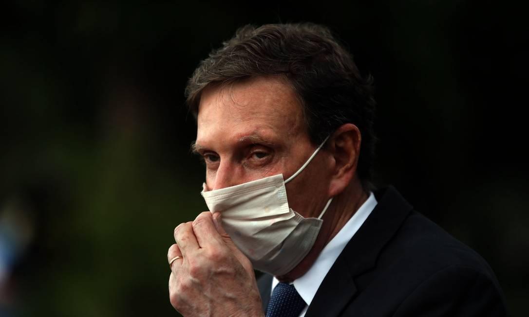 O prefeito do Rio de Janeiro, Marcelo Crivella, no Riocentro, usa máscara na entrevista coletiva sobre isolamento social Foto: FABIO MOTTA / Agência O Globo