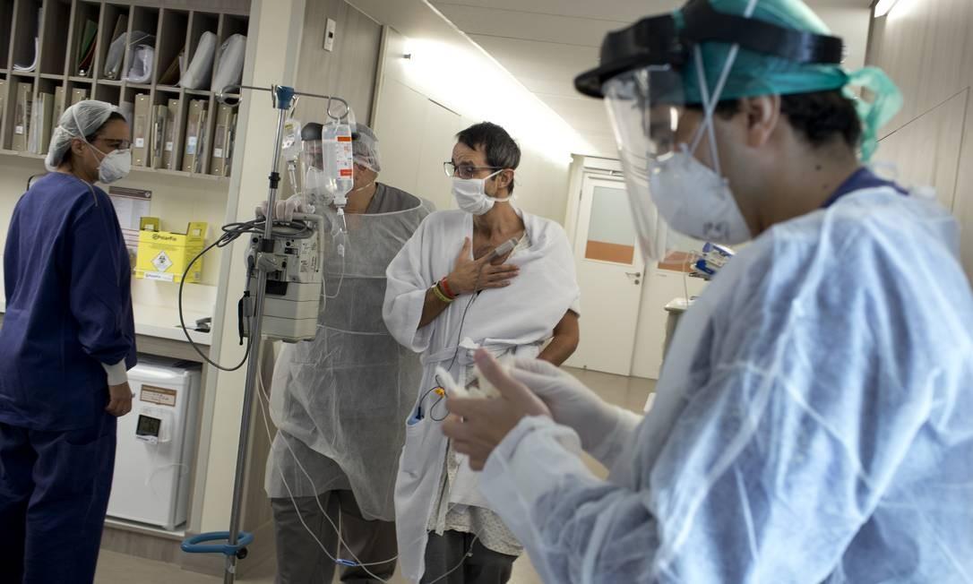 Márcio Ananias é acompanhado durante pequena caminhada pela UTI do Hospital Copa Star Foto: Márcia Foletto / Agência O Globo