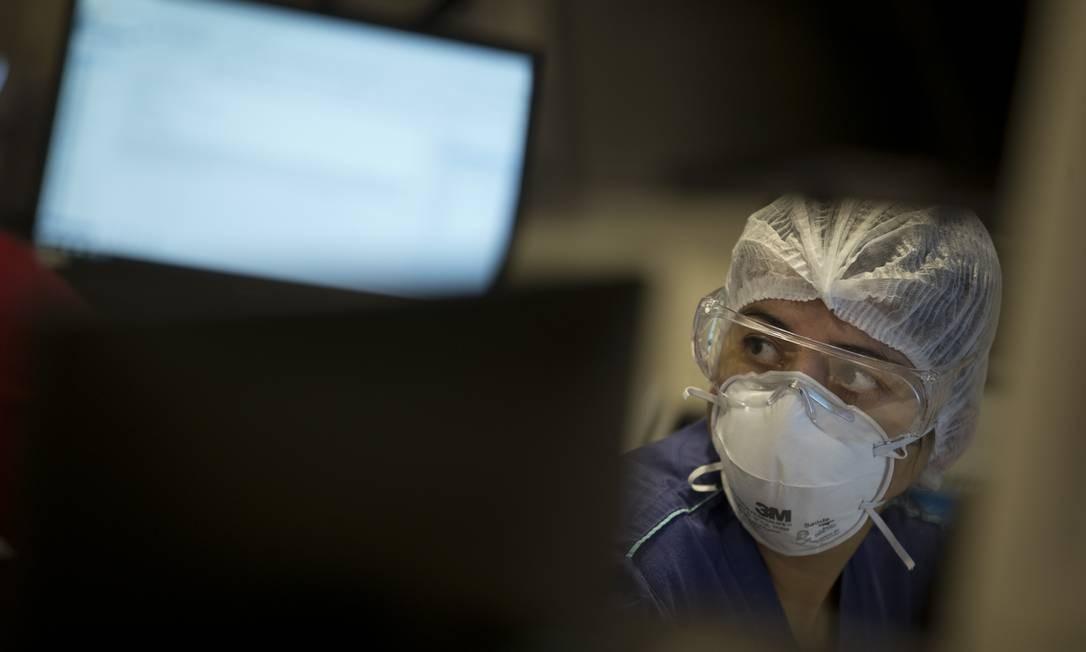 Profissionais precisam estar atentos aos sinais vitais dos pacientes, monitorados em tempo integral Foto: Márcia Foletto / Agência O Globo