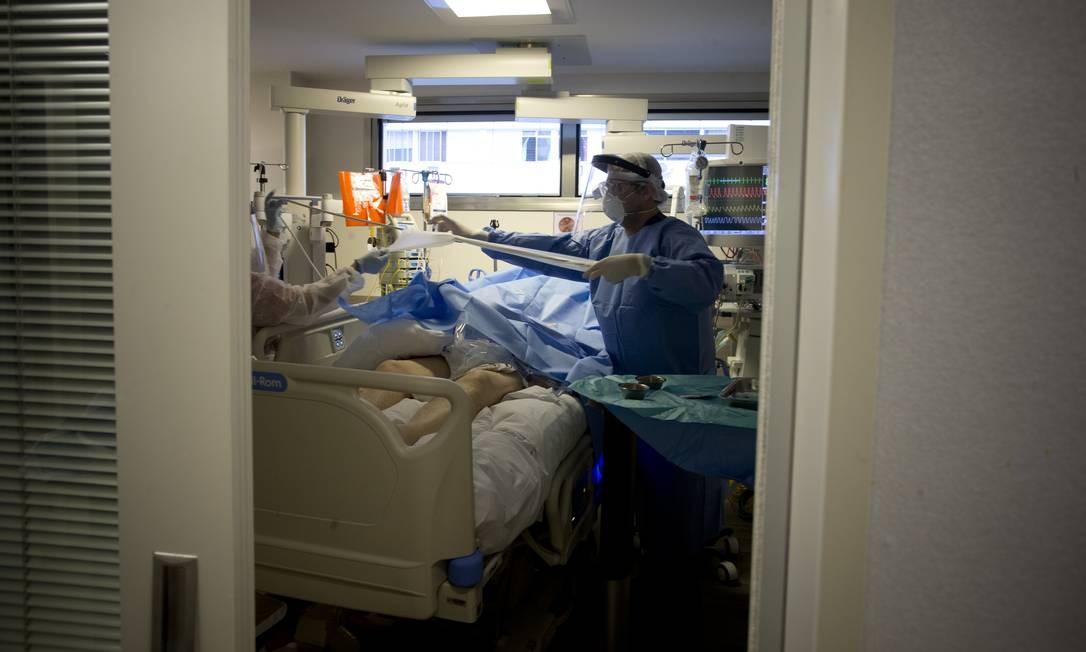 Médico realiza procedimento em paciente internado Foto: Márcia Foletto / Agência O Globo