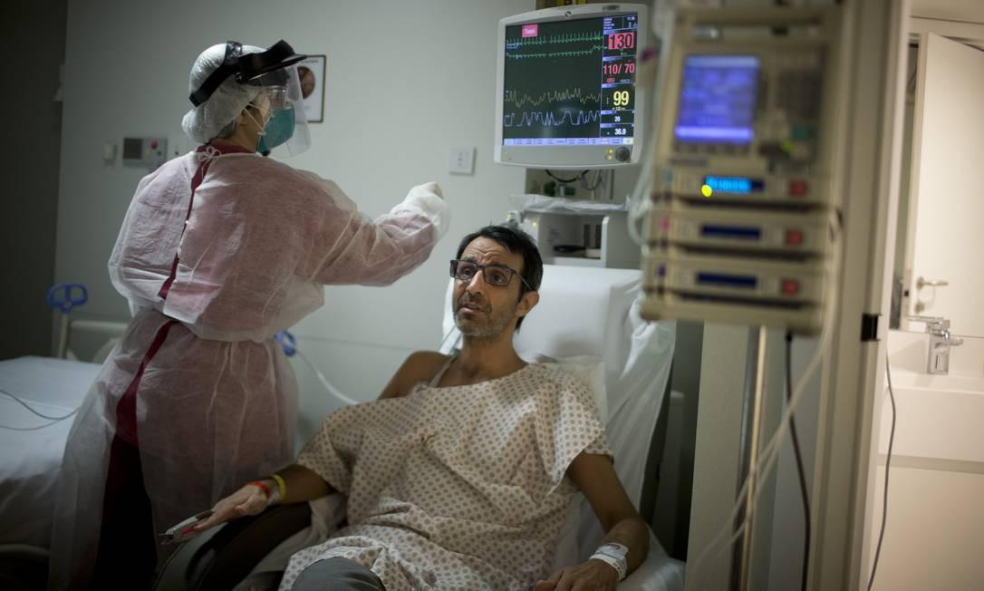 Os heróis também adoencem. O médico Márcio Ananias, de 53 anos, está internado com a Covid-19 Foto: Márcia Foletto / Agência O Globo