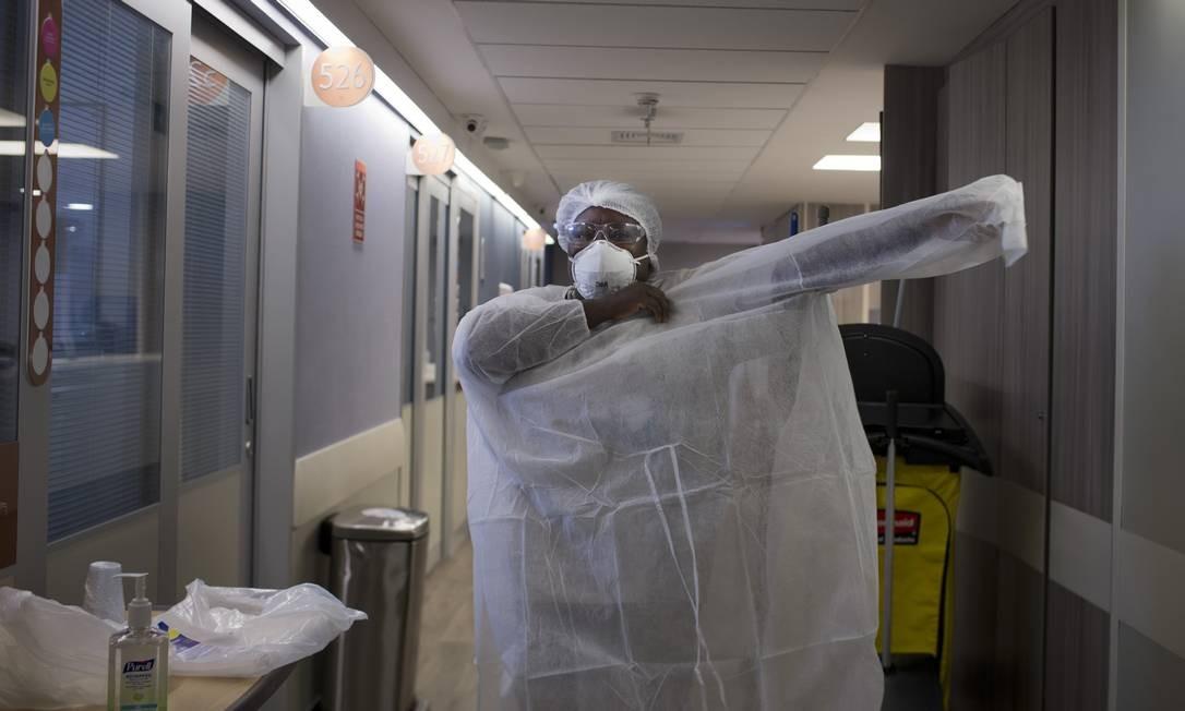 Todos os profissionais que circulam pela UTI precisam de paramentação para todas as partes do corpo Foto: Márcia Foletto / Agência O Globo
