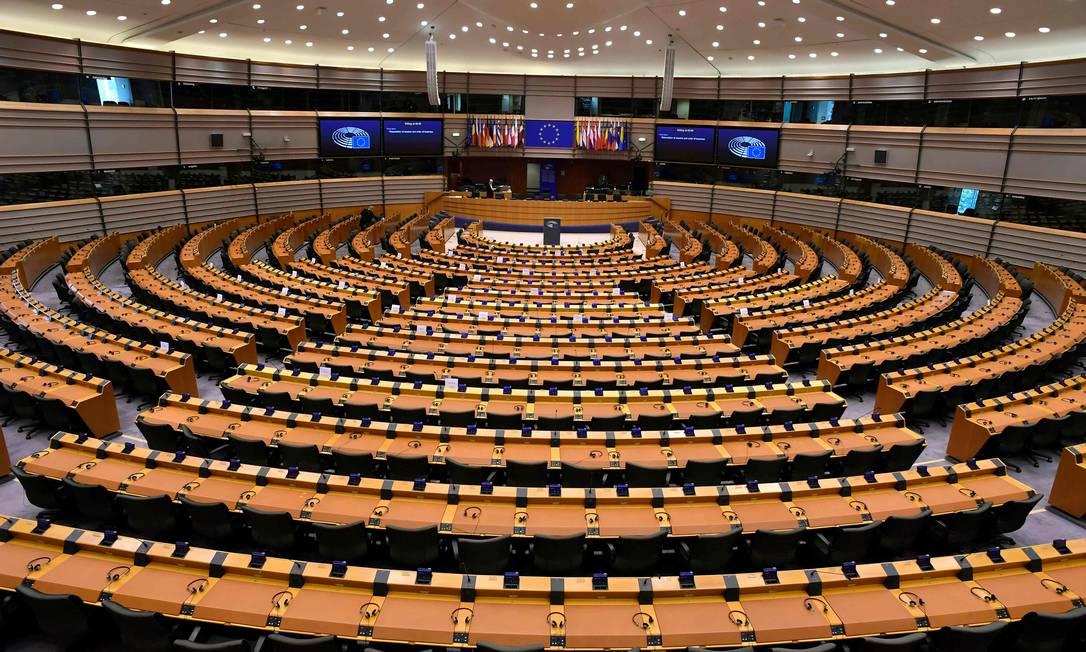 Em Bruxelas, as cadeiras do Parlamento Europeu ficam vazias estão, devido à pandemia de coronavírus Foto: JOHN THYS / AFP/16-04-2020
