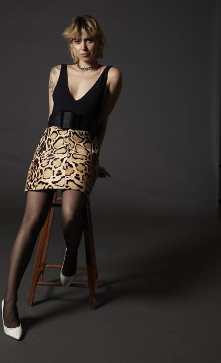 Maiô Clube Bossa, saia Gucci no Trash Chic Vintage, colar A Figurinista e escarpim Schutz Foto: Bob Wolfenson