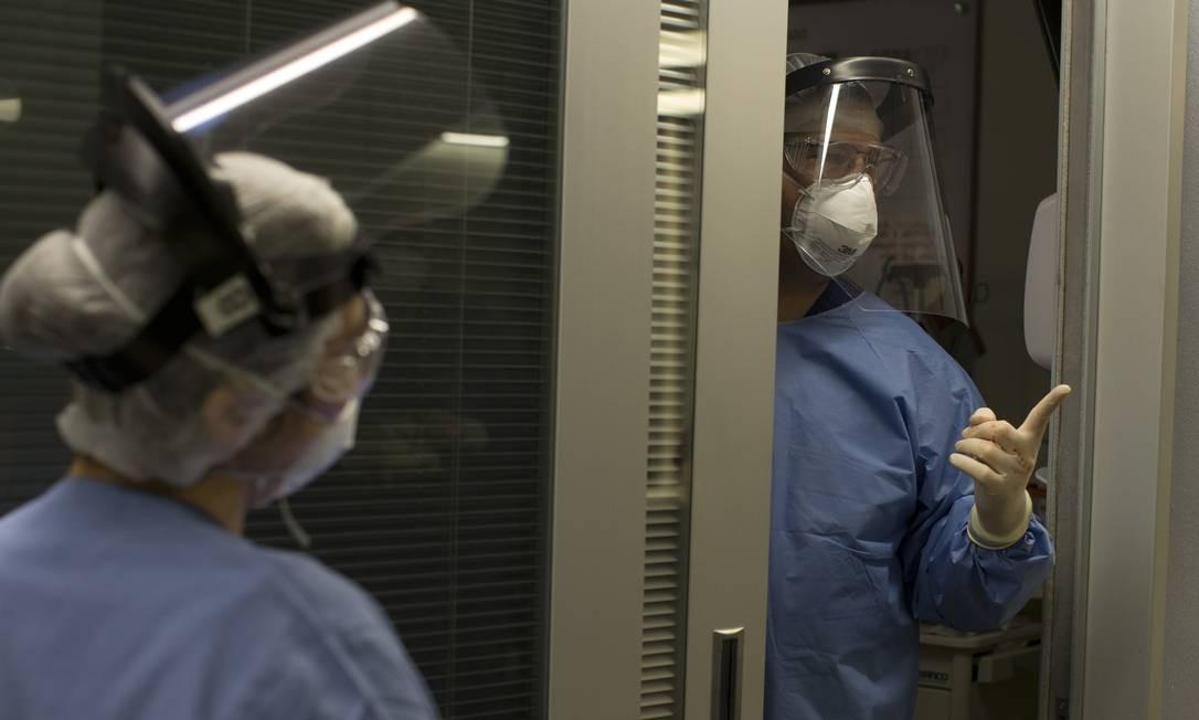 Médico conversa com equipe depois de realizar visita a paciente Foto: Márcia Foletto / Agência O Globo