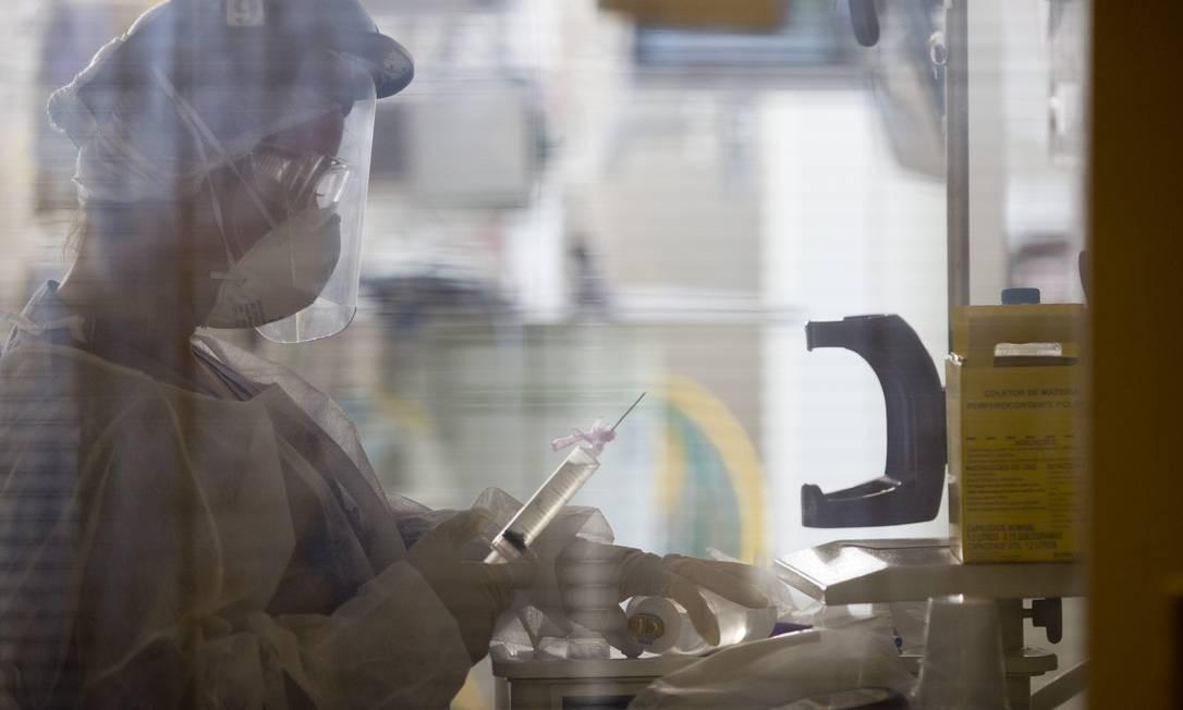 Profissional prepara medicação que será administrada em paciente Foto: Márcia Foletto / Agência O Globo