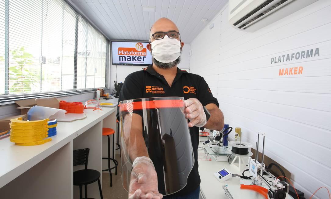 Máscaras com proteção transparente são feitas no polo da Engenhoca. Foto: Luciana Carneiro / Divulgação