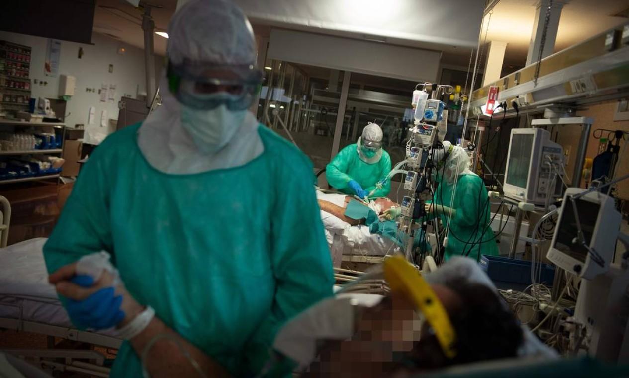 Profissionais de saúde atendem a pacientes com Covid-19 na Unidade de Terapia Intensiva do Hospital Povisa, em Vigo, noroeste da Espanha, onde número de mortes por coronavírus ultrapassou 19 mil Foto: MIGUEL RIOPA / AFP - 16/04/2020