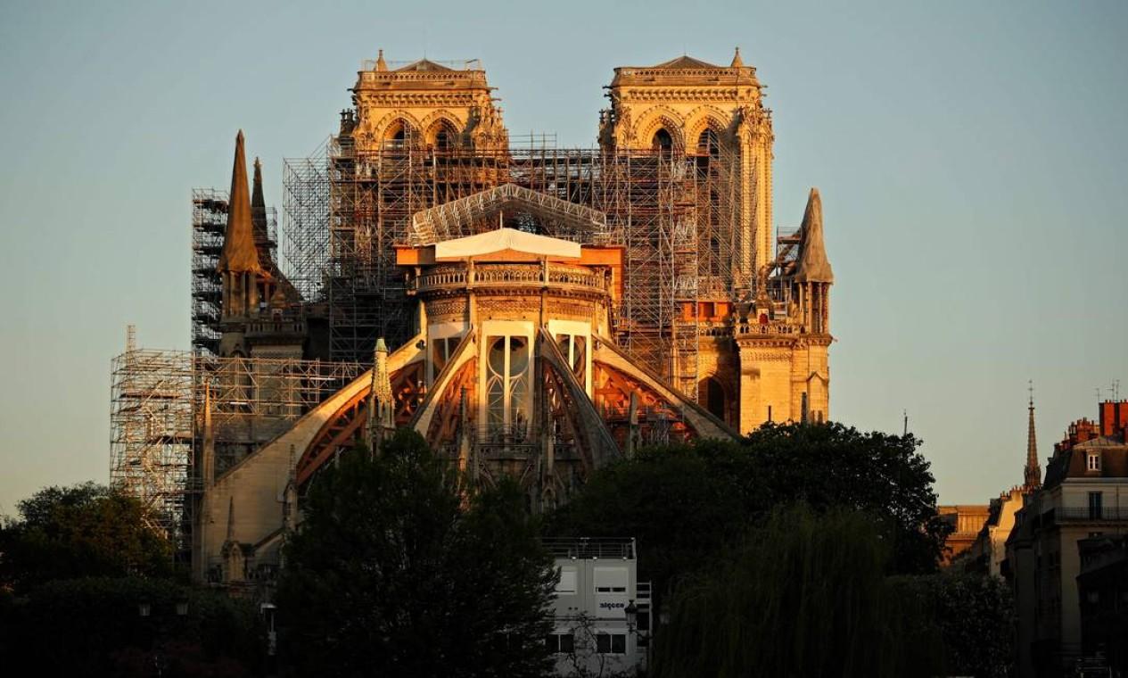 A Catedral de Notre Dame de Paris ao nascer do sol na véspera do primeiro aniversário do violento incêndio que destruiu grande parte do monumento Foto: THOMAS COEX / AFP - 14/04/2020