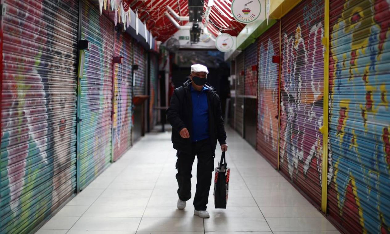 Homem é visto usando uma máscara protetora no Tooting Market enquanto a disseminação do novo coronavírus continua em Londres, Inglaterra Foto: HANNAH MCKAY / REUTERS - 15/04/2020