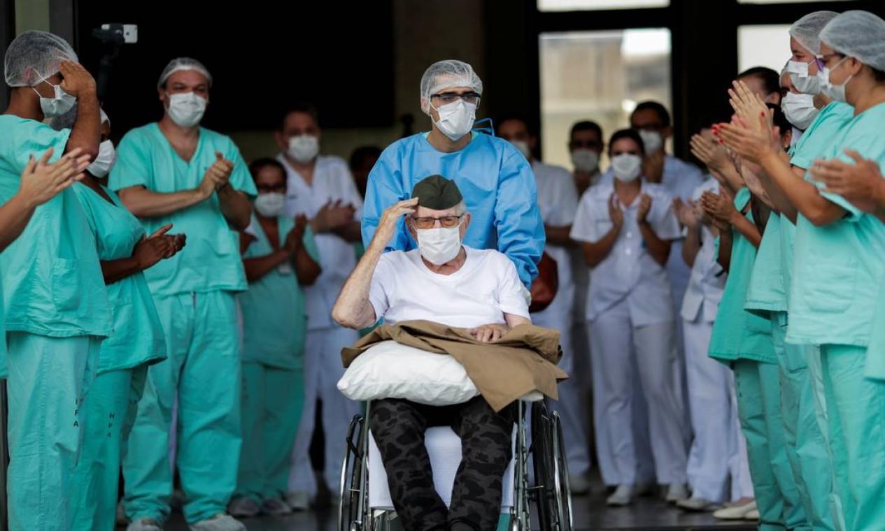 O ex-combatente brasileiro da Segunda Guerra Ermando Armelino Piveta, de 99 anos, acena ao deixar o Hospital das Forças Armadas, após vencer a Covid-19 e receber alta, em Brasília Foto: UESLEI MARCELINO / Reuters - 14/04/2020