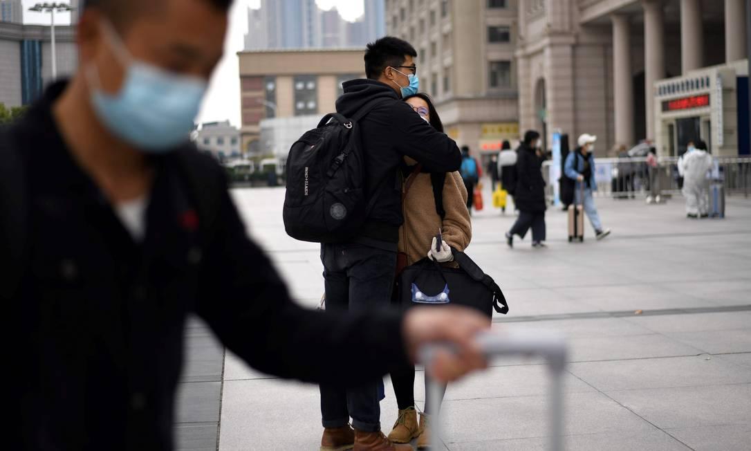 Passageiros embarcam na estação de Wuhan, no dia 11 de abril Foto: NOEL CELIS / AFP