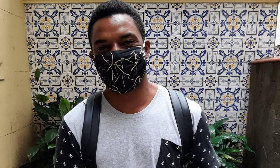 O ator Samuel Melo já pedalou até a Tijuca para levar máscaras Foto: Divulgação