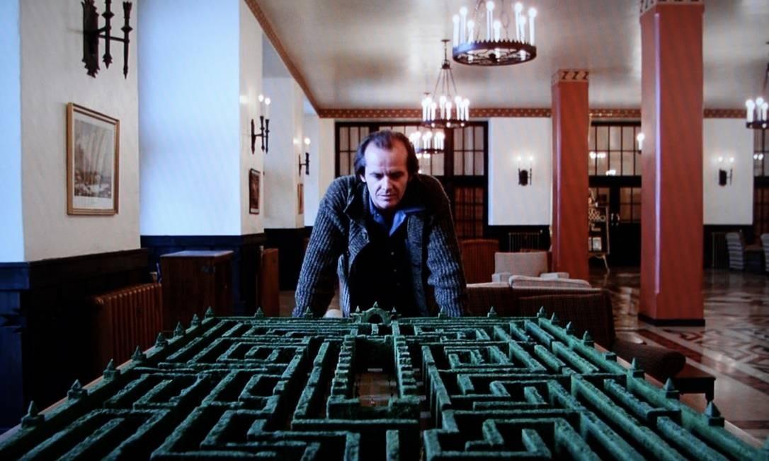 """Jack Torrance (Jack Nicholson) observa a maquete do labirinto do Overlook Hotel, onde se passa a trama de """"O iluminado"""" Foto: Reprodução"""
