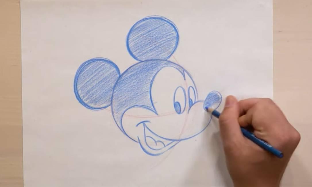 Frame do vídeo da Disney Parks que ensina os truques para desenhar o Mikey perfeito Foto: Reprodução