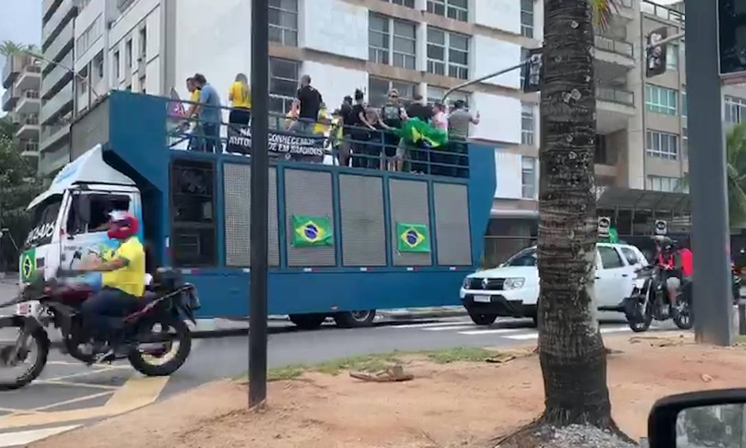 Apoiadores do presidente Jair Bolsonaro fazem carreata na orla da Zona Sul do Rio contra a quarentena e fechamento do comércio Foto: reprodução