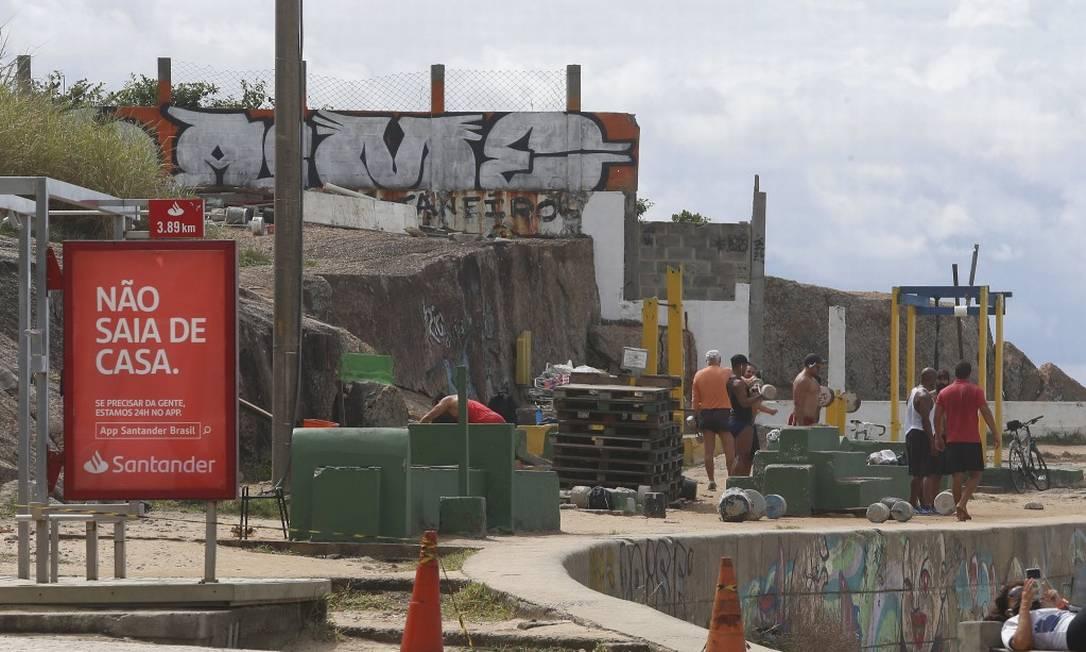 Apesar de bloqueio com cones homens compartilham equipamentos de academia ao ar livre no Arpoador Foto: Fabiano Rocha / Agência O Globo