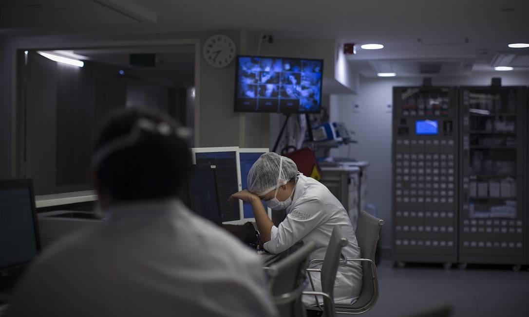 Funcionários trabalham na emergência do hospital, onde dão entrada os pacientes infectados com coronavírus Foto: Márcia Foletto / Agência O Globo
