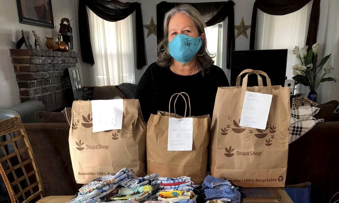 A brasileira Marcia Pretto, moradora de Massachusetts, organizou um coletivo de costureiras para produzir máscaras de proteção Foto: Acervo pessoal / Agência O Globo