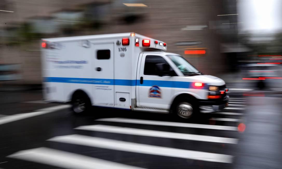 Ambulância chega na entrada de emergência do Hospital Mount Sinai em Manhattan, Nova York, durante a epidemia do novo coronavírus Foto: MIKE SEGAR / REUTERS