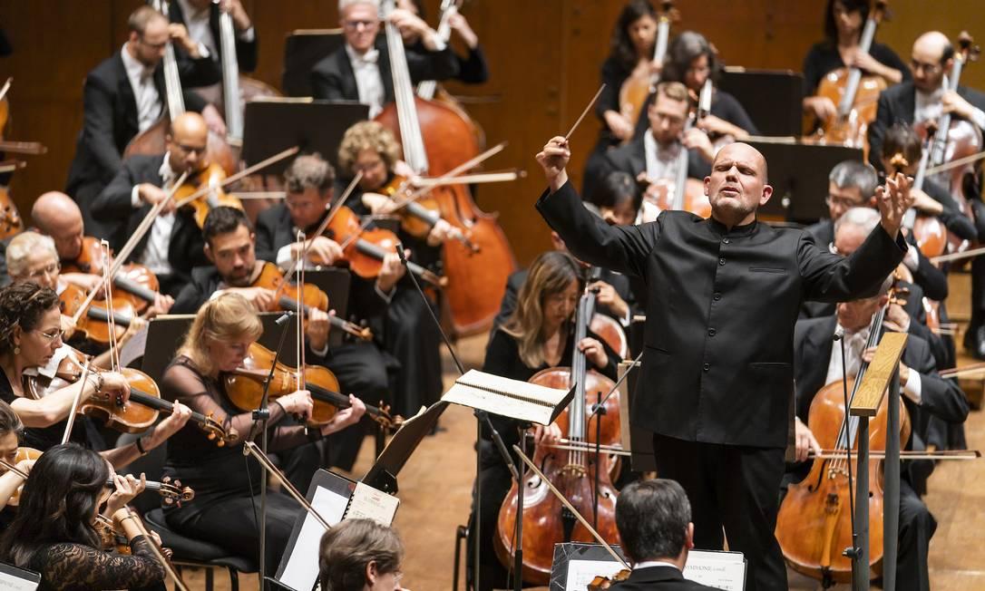Filarmônica de Nova York. Jaap van Zweden à frente da orquestra, que até o fim de abril oferece homenagem ao compositor Gustav Mahler Foto: CHRIS LEE / Divulgação