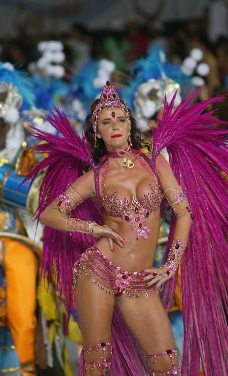 Carnaval 2005: Luma à frente dos ritmistas da Caprichosos de Pilares Foto: Márcia Foletto/ O Globo