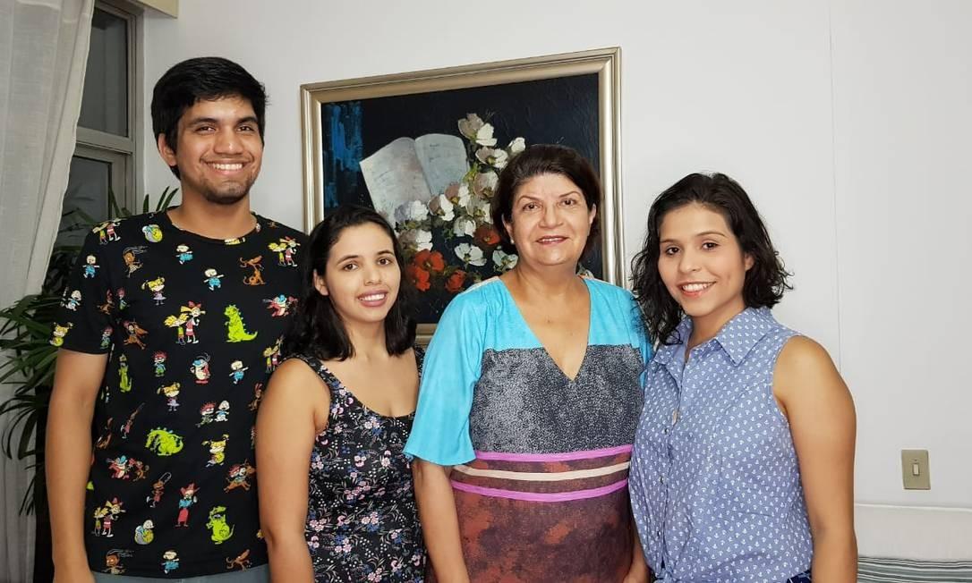 Os primos João Lucas Derze e Silva, Thais Lopes e Lana Lopes dividem domicílio com a aposentada Fany Barbosa, de 68 anos Foto: Arquivo pessoal
