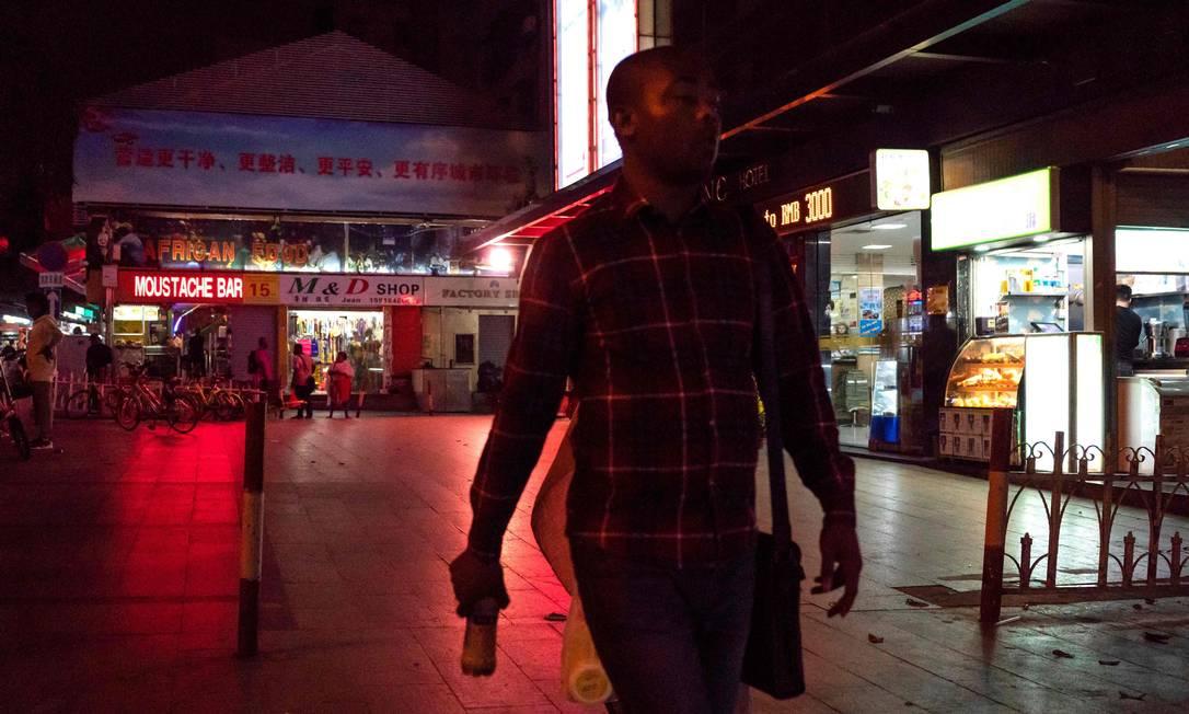 Africanos são alvo de racismo no distrito de Guangzhou, capital da província de Guangdong, no sul da China Foto: FRED DUFOUR / AFP