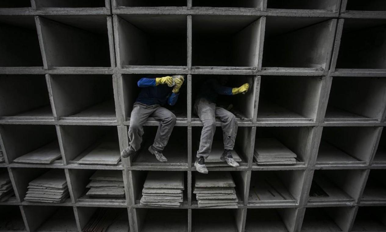 O Cemitério São Francisco Xavier, no Caju, Zona Portuária do Rio, trabalha na construção de 12 mil novas gavetas para caixões Foto: Hermes de Paula / Agência O Globo