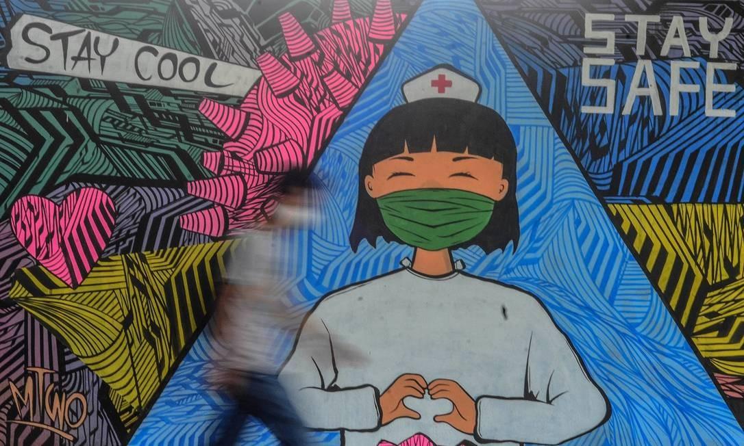 Em Ciamis, na Indonésia, também há murais em homenagem a médicos e enfermeiros que trabalham no atendimentos a pacientes com Covid-19 Foto: Adeng Bustomi / Reuters