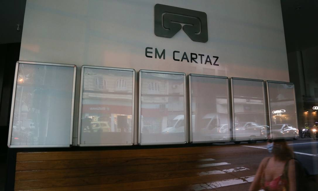 Cartazes vazios no Roxy de Copacabana: sem previsão de normalização Foto: Pedro Teixeira / Agência O Globo