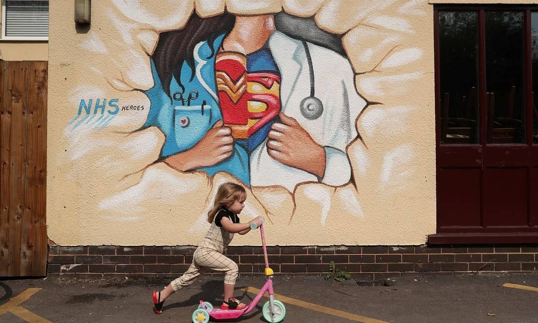 Médicos e enfermeiros são retratados como Mulher Maravilha e Super-Homem nesta pintura, em Pontefract, no Reino Unido Foto: Lee Smith / Reuters