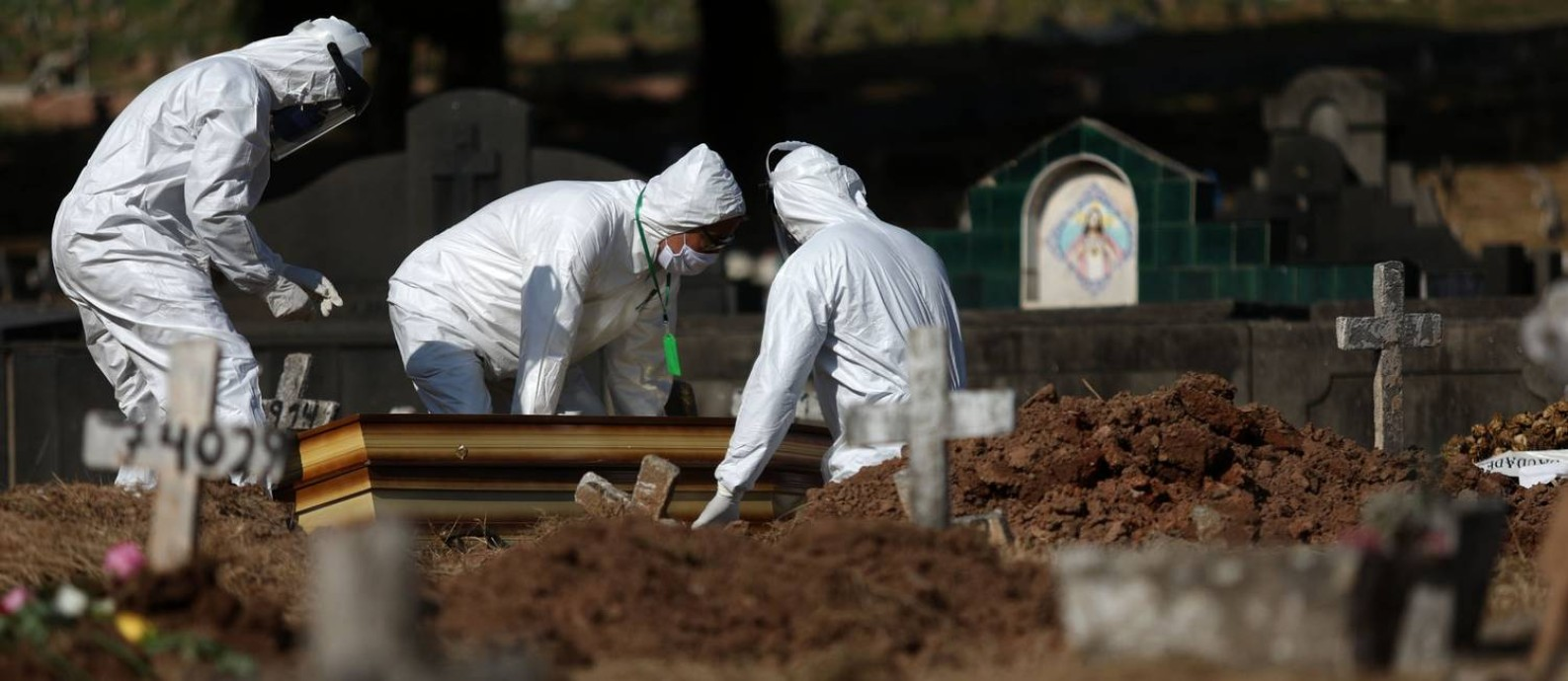 Vítima de Covid-19 é sepultada em cemitério do Rio: apesar de não haver velório, algumas empresas continuam a cobrarpor aluguel de capela Foto: Fábio Motta / Agência O Globo