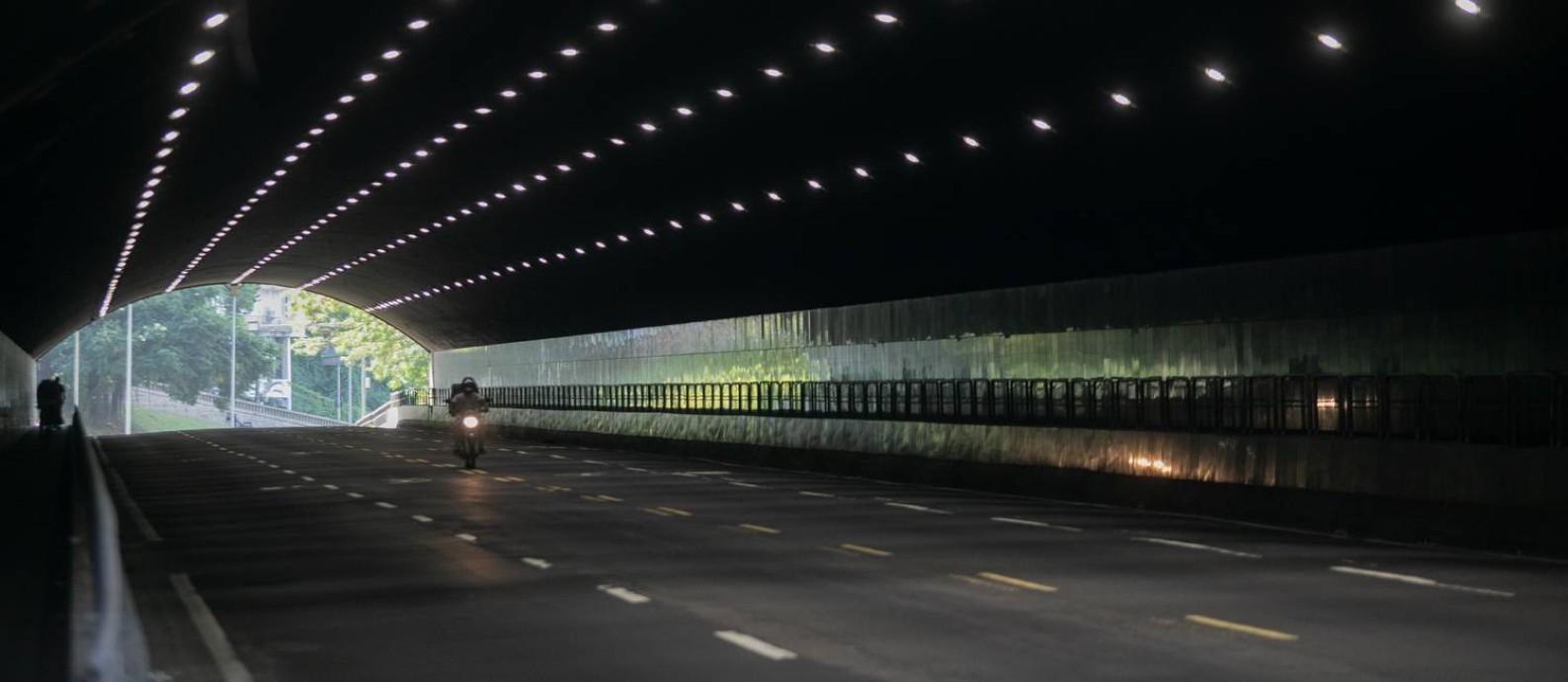 Cena rara. Manhã de segunda-feira no antes movimentado Túnel Novo. Foto: Brenno Carvalho / Agência O Globo