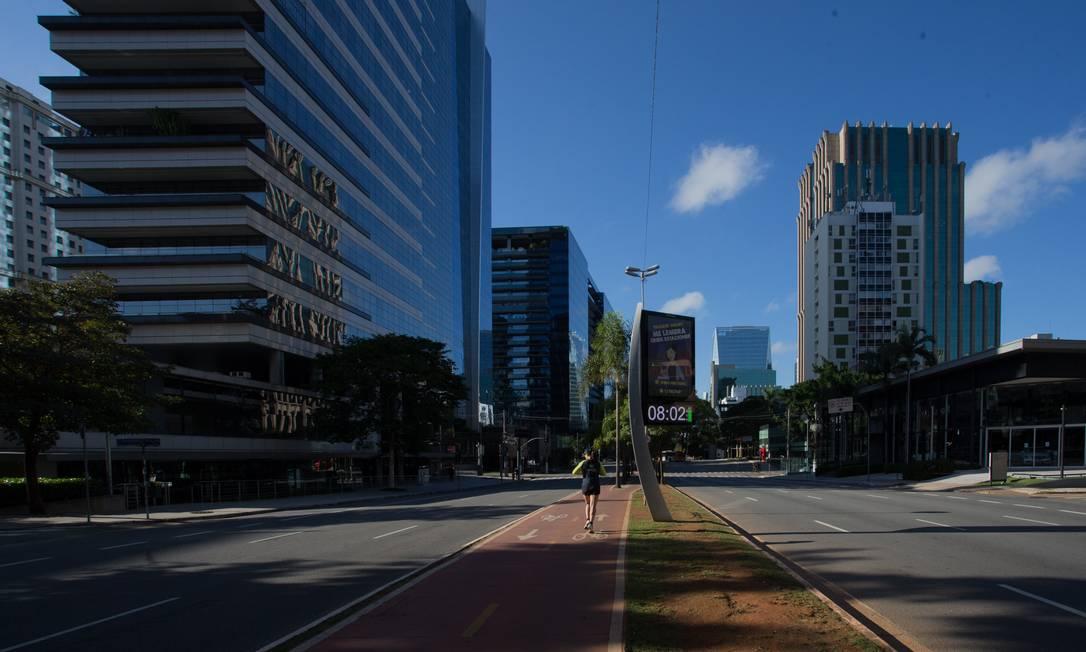 Avenida Brigadeiro Faria Lima, em São Paulo, vazia pela manhã devido às medidas de isolamento social contra o coronavírus Foto: Edilson Dantas / Agência O Globo