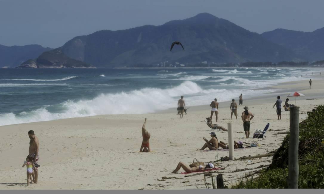 Praia da Barra, na altura do posto 8, estava com movimento em período de quarentena Foto: Gabriel de Paiva