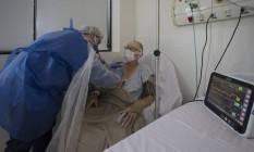 Médico examina paciente da Covid-19 em hospital privado de São Paulo Foto: Edilson Dantas / Agência O Globo