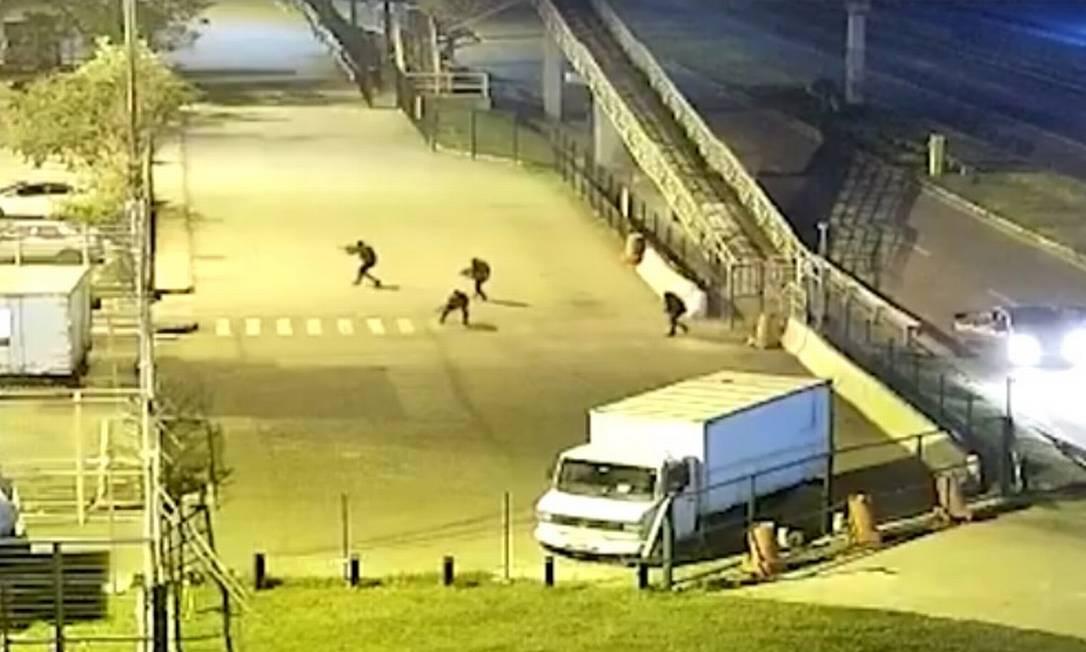 Centro de distribuição das Lojas Americanas, em Nova Iguaçu, é atacado por bandidos armados Foto: Reprodução/G1