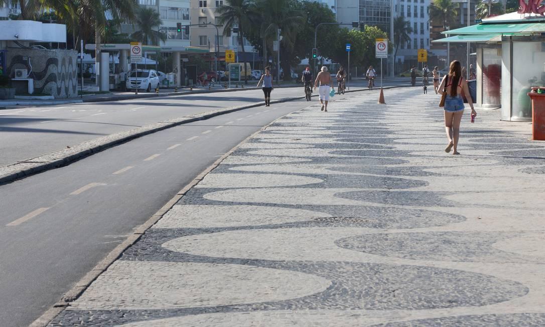 Calçadão de Copacabana em 21 de abril, com pessoas descumprindo a quarentena Foto: ROBERTO MOREYRA / Agência O Globo