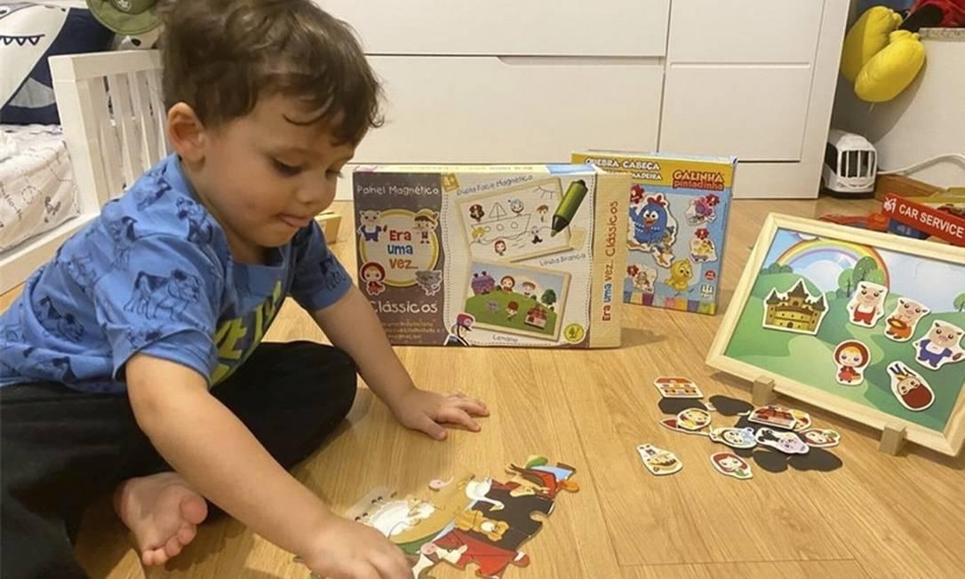 Márcio, de 2 anos, diverte-se com os brinquedos educativos Foto: Arquivo pesssoal