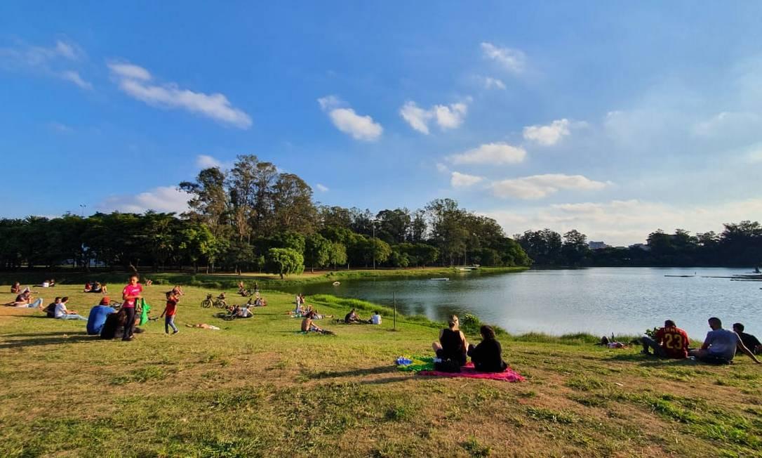 Mantendo distanciamento social, frequentadores do Parque Ibirapuera aproveitam feriado com sol Foto: Silvia Amorim