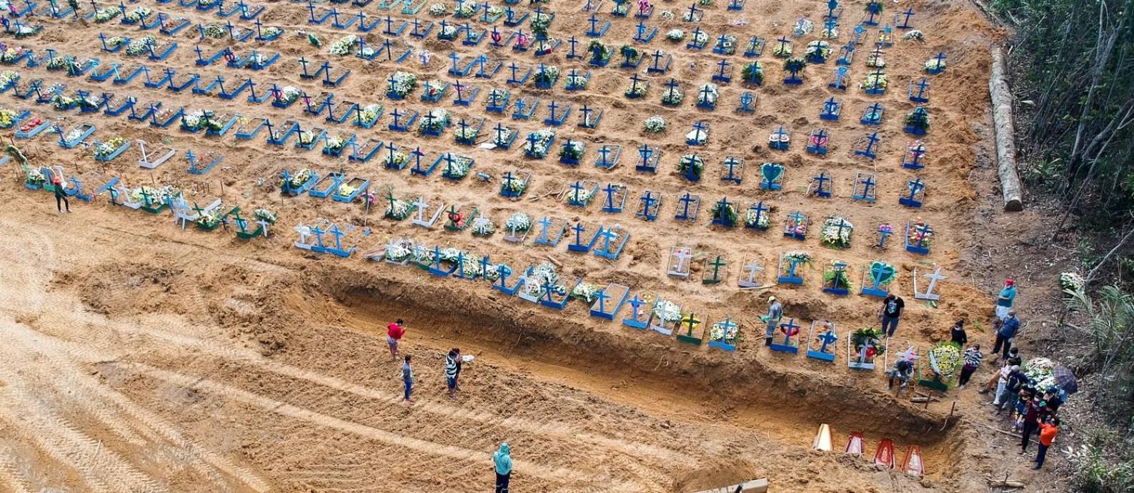 Covas abertas em cemitério de Manaus para enterrar vítimas da Covid-19. Foto: Sandro Pereira/Fotoarena/Agência O Globo / www.fotoarena.com.br