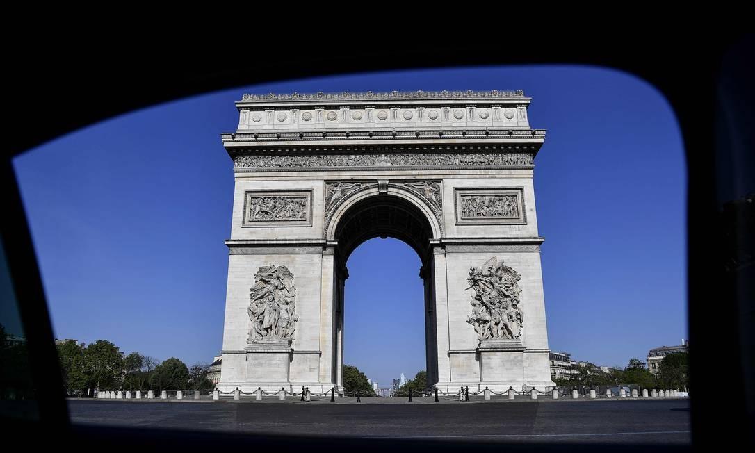 Arco do Triunfo, além de um símbolo nacional, é conhecido pelo trânsito caótico, por ser o encontro de 12 avenidas Foto: CHRISTOPHE ARCHAMBAULT / AFP
