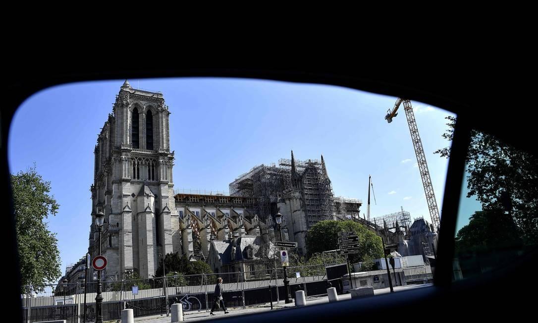 Enquanto a França enfrenta a pandemia com quarentena, seguem as obras de reconstrução da catedral de Notre-Dame Foto: CHRISTOPHE ARCHAMBAULT / AFP