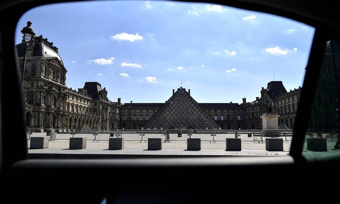 Pirâmide do Louvre aparece impontente como sempre, e solitária como nunca, em um dos museus mais badalados do mundo Foto: CHRISTOPHE ARCHAMBAULT / AFP