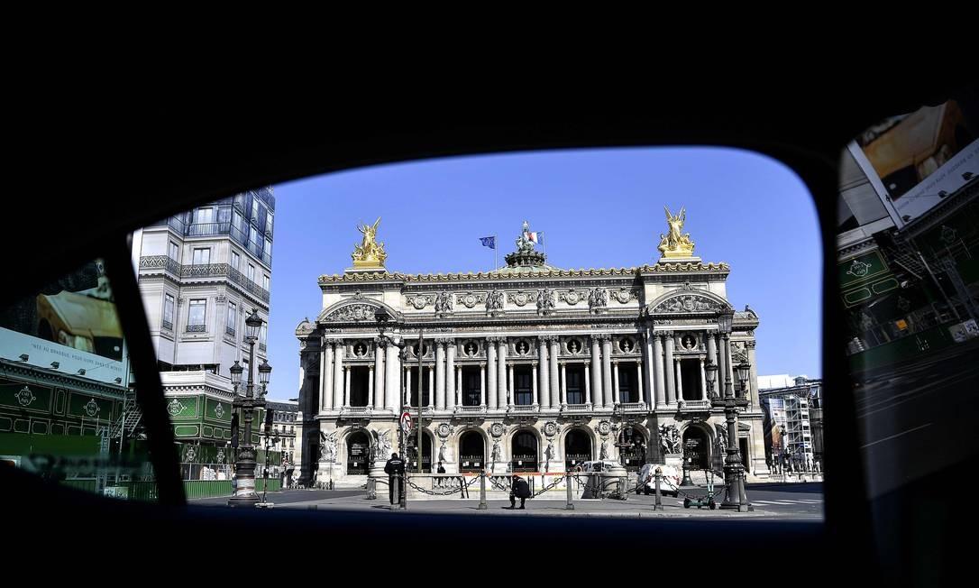 Place de l'Opera e a Opera Garnier estão entre as atrações parisienses que não recebem atrações durante a quarentena Foto: CHRISTOPHE ARCHAMBAULT / AFP