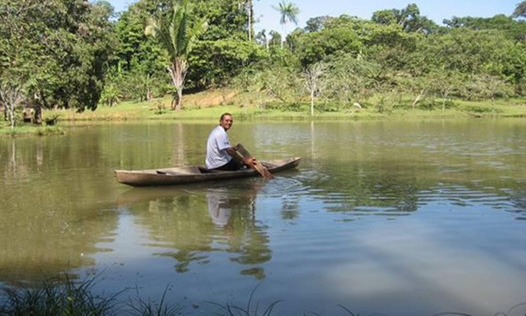 Ricardo Lopes Dias posa em uma canoa no Sítio Canaã, que pertence ao Pastor Davi, em Atalaia do Norte, no Amazonas Foto: Reprodução/Facebook