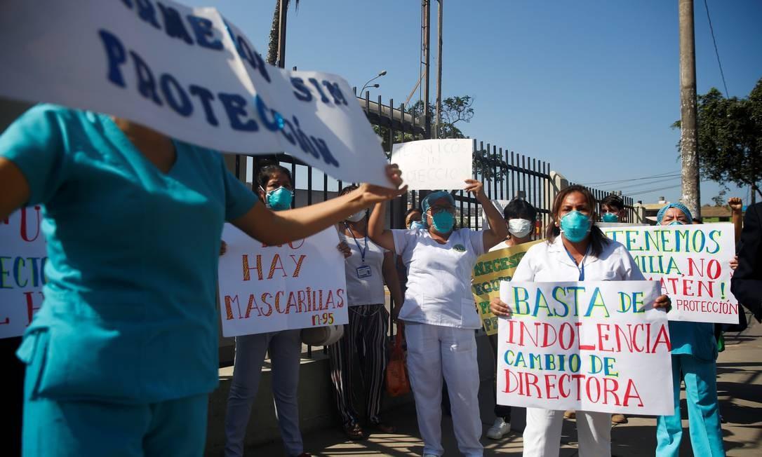 Profissionais de saúde protestam em frente ao Hospital Maria Auxiliadora, em Lima, por mais segurança no trabalho Foto: Sebastian Castaneda / REUTERS