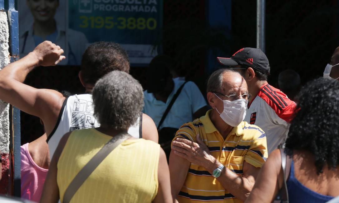Alguns moradores de Duque de Caxias, na Região Metropolitana do Rio, usavam máscaras antes do decreto para a obrigatoriedade do item Foto: Cléber Júnior/226-3-2020 / Agência O Globo