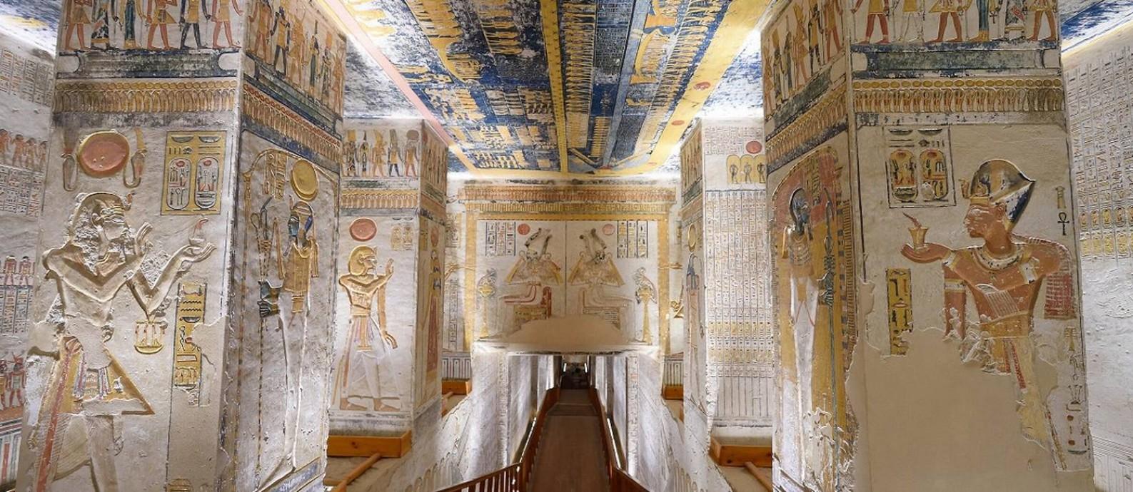 Hieróglifos no grande corredor da tumba de Ramsés VI, no Vale dos Reis, um dos sítios arqueológicos egípcios que estão com tours virtuais Foto: Tim Adams / Wikipedia / Reprodução